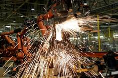 La production industrielle a rebondi en novembre, en augmentant de 2,1%, après une baisse de 1,1% en octobre, montrent les données publiées mercredi par l'ONS. Les économistes interrogés par Reuters prévoyaient en moyenne une croissance de 0,8%. /Photo d'archives/REUTERS/Paulo Whitaker