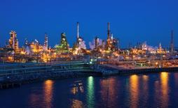 НПЗ The Carlyle Group в Филадельфии. Запасы нефти в США выросли за неделю, завершившуюся 6 января, на 4,10 миллиона баррелей до 483,1 миллиона баррелей, сообщило Управление энергетической информации (EIA) в среду.  REUTERS/David M. Parrott/File Photo