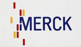 Un logo de la compañía Merck & Co en el centro de Darmstadt, Alemania.7 de marzo 2012.  RLa gigante farmacéutica Merck & Co se adelantó a sus rivales en la carrera para combinar inmunoterapia con otros fármacos como tratamiento para el cáncer de pulmón, una importante victoria en la batalla por el mayor mercado de terapias contra la enfermedad. REUTERS/Alex Domanski