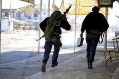جنديان عراقيان خلال اشتباكات في شرق الموصل يوم الأربعاء. تصوير. علاء المرجاني - رويترز