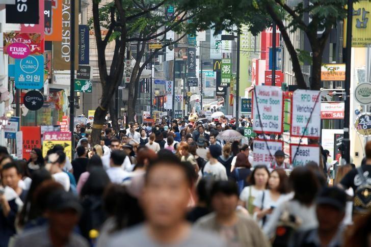 2016年5月,韩国首尔的明洞购物街。REUTERS/Kim Hong-Ji