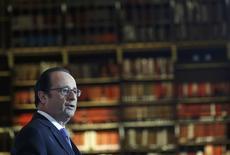François Hollande a appelé jeudi à une reprise rapide des négociations sur le conflit en Syrie, menées sous l'égide des Nations unies et réunissant l'ensemble des parties prenantes, à l'exception des groupes fondamentalistes et extrémistes. /Photo prise le 11 janvier 2017/REUTERS/Gonzalo Fuentes