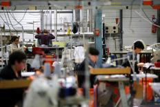 La production industrielle a augmenté de 1,5% en novembre dans la zone euro, bien plus qu'attendu, grâce notamment à la production de biens de consommation non durables comme l'habillement. /Photo d'archives/REUTERS/Vincent Kessler