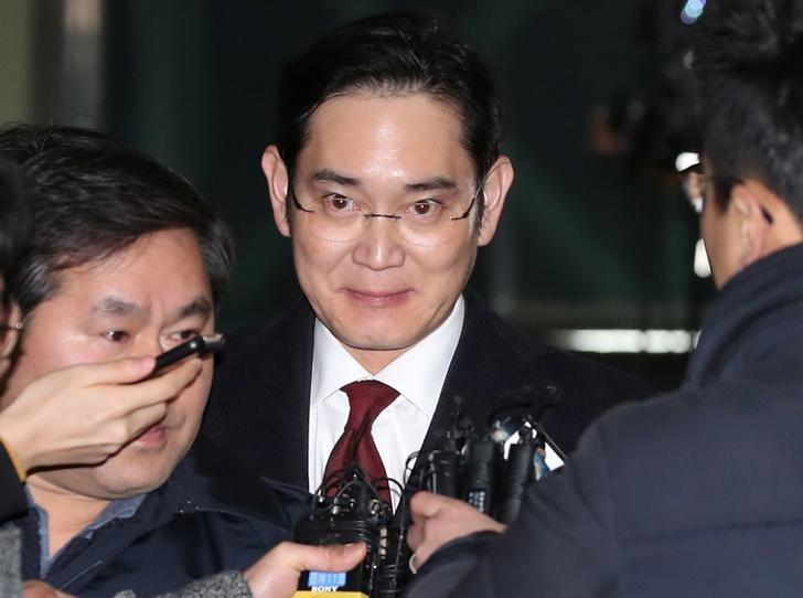 Samsung Electronics vice chairman Jay Y. Lee is surrounded by media as he leaves the office of the independent counsel in Seoul, South Korea, January 13, 2017.  Kim Do-hoon/Yonhap via REUTERS