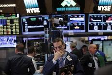 Трейдеры на торгах фондовой биржи в Нью-Йорке 12 января 2017 года. Основные индексы США завершили торги четверга снижением, поскольку инвесторы ждали отчетов о финансовых результатах компаний за четвертый квартал и подробностей экономической политики избранного президента Дональда Трампа за восемь дней до его вступления в должность. REUTERS/Lucas Jackson