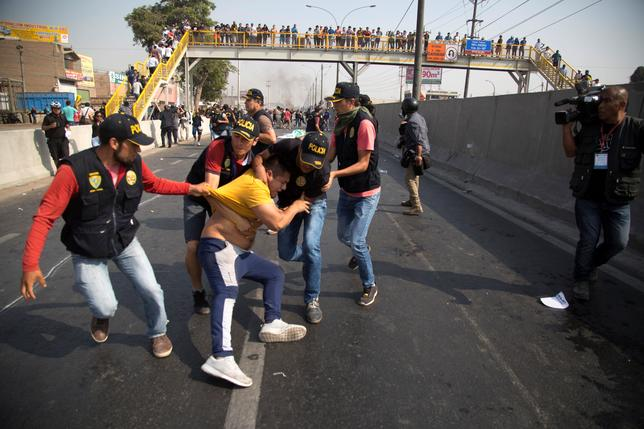 Police clash with protesters during a march against new road fees imposed for a highway built by Odebrecht-founded road consortium Rutas de Lima, in Lima, Peru, January 12, 2017.  REUTERS/Sebastian Castaneda