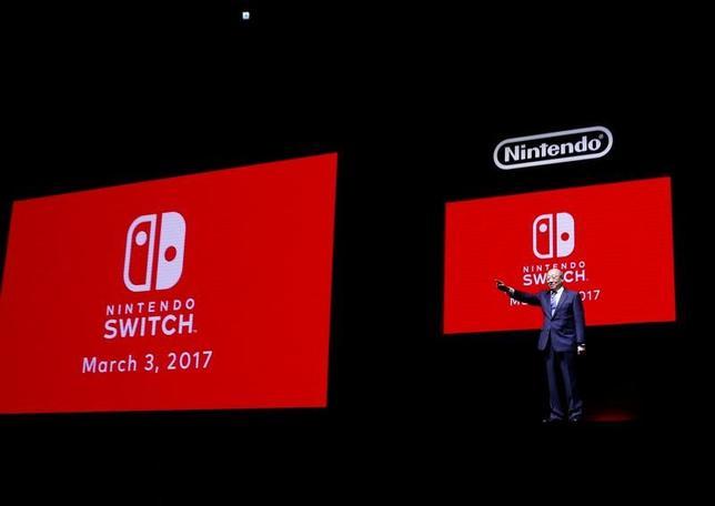 1月13日、任天堂は新型ゲーム機「ニンテンドースイッチ」を発表した。4年前に投入した据え置き型ゲーム機「Wii U」が事実上失敗しただけに、新型機にかける同社の期待は大きい。写真は新型ゲーム機を発表する同社の君島社長(2017年 ロイター/Kim Kyung-Hoon)