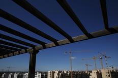 La mayoría de los principales directivos del sector inmobiliario español prevé que los precios de la vivienda experimenten subidas superiores al 3 por ciento este año, reveló el viernes un estudio de la consultora CBRE, en una muestra más de la recuperación de un mercado que llevaba ocho años a la deriva. En la imagen de archivo, grúas de construcción en un lugar de construcción a las afueras de Madrid. REUTERS/Susana Vera