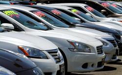 Autos a la venta en una automotora en Carlsbad, California. 2 de mayo 2016.  Las ventas minoristas de Estados Unidos aumentaron con fuerza en diciembre ante una sólida demanda por vehículos, en nueva evidencia de que la economía del país cerró el cuarto trimestre con impulso y que se encamina a registrar un crecimiento más sólido este año.REUTERS/Mike Blake/File Photo - RTX2NSKR