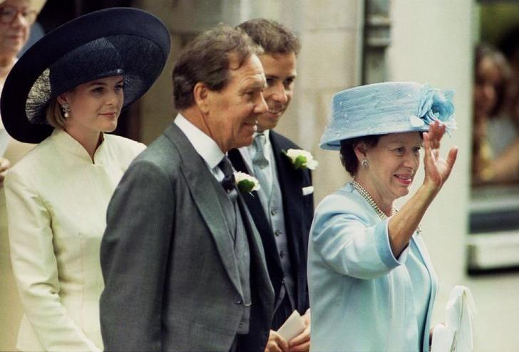 Princess Margaret (R) waves to her newly married daughter Lady Sarah Armstrong Jones and husband Daniel Chatto as they leave St Stephen Walbrook church, July 14. Princess Margeret is flanked by her former husband Lady Sarah's father Lord Snowdon (C), their son Viscount Linley, and his wife Linley's wife Serena. REUTERS/Files