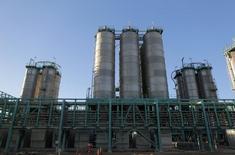 Трубы в нефтяном порту Рас-эль-Ануф в Ливии. Цены нанефтьразвернулись в минус в ходе вечерних торгов в пятницу и могут завершить неделю спадом из-за сомнений в эффективности сделки ОПЕК и беспокойства инвесторов по поводу состояния экономики Китая.  REUTERS/Esam Omran Al-Fetori