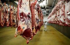 La Commission européenne a salué vendredi l'annonce par les Etats-Unis d'une levée de l'embargo sur les importations de viande bovine en provenance de France, après près de vingt ans d'interdiction. /Photo d'archives/REUTERS/Robert Pratta
