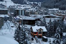 Les dirigeants politiques, grands patrons et banquiers influents se retrouvent comme chaque mois de janvier au Forum économique mondial de Davos, dans les Alpes suisses. Sous le vernis d'optimisme quant aux perspectives économiques mondiales perce une réelle inquiétude au sujet d'un climat politique de plus en plus toxique et des incertitudes énormes entourant la présidence de Donald Trump. /Photo prise le 15 janvier 2017/REUTERS/Ruben Sprich