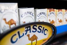 British American Tobacco ha llegado a un acuerdo para comprar a su rival estadounidense Reynolds American Inc por 49.400 millones de dólares, lo que creará la mayor compañía de tabaco del mundo que cotiza en bolsa, tras mejorar una oferta anterior en más de 2.000 millones de dólares. En esta imagen de archivo, cigarrillos Camel en un estanco en Nueva York el 11 de julio de 2014.   REUTERS/Lucas Jackson/File Photo
