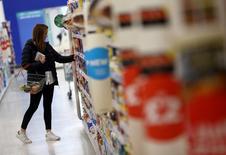 La inflación británica subió más de lo esperado en diciembre hasta alcanzar su nivel más alto desde mediados de 2014, impulsada por las tasas aéreas más altas y la caída del valor de la libra esterlina por el efecto del Brexit. En la imagen, una mujer compra en una tienda de Sainsbury's en Londres, Reino Unido, el 11 de octubre de 2016. REUTERS/Neil Hall/File Photo