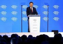 El Consejo de Estado chino, el gabinete ministerial del país, promulgó el martes nuevas medidas para aumentar la inversión extranjera en la segunda mayor economía del mundo, incluyendo la relajación de las restricciones que pesan sobre bancos y otras instituciones financieras. En la imagen, el presidente chino Xi Jinping en el Foro Económico Mundial en Davos, Suiza, el 17 de enero de 2017.  REUTERS/Ruben Sprich