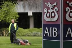 La hausse des valeurs bancaires ces derniers mois suggère que l'Irlande peut espérer voir réunies les conditions propices à la vente cette année de 25% du capital de la banque publique Allied Irish Banks. /Photo d'archives/REUTERS/Cathal McNaughton