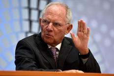El ministro alemán de Finanzas, Wolfgang Schäuble, está preparando seguir ayudando a Grecia sin la implicación del Fondo Monetario Internacional (FMI), informó el miércoles el diario alemán Bild.  En esta imagen de archivo, Schäuble habla en Washington el 6 de octubre de 2016. REUTERS/James Lawler Duggan