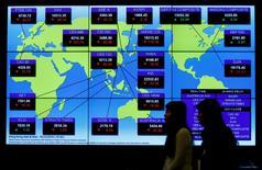 Imagen de archivo, un panel muestra los índices bursátiles globales en Hong Kong, China. 5 de diciembre 2016.Las bolsas de Asia cotizaban el miércoles cerca de unos máximos de tres meses, luego de que los inversores juzgaron que la preocupación del presidente electo de Estados Unidos, Donald Trump, sobre la fortaleza del dólar podría ayudar a los mercados de la región. REUTERS/Bobby Yip/File Photo
