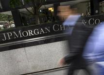 Personas pasan por la sede corporativa de JP Morgan Chase & Co. en la ciudad de Manhattan de Nueva York.20 mayo 2015. Estados Unidos demandó el miércoles a JPMorgan Chase & Co por discriminar a prestatarios minoritarios al cobrarles tasas y comisiones más altas sobre préstamos hipotecarios entre 2006 y 2009. REUTERS/Mike Segar