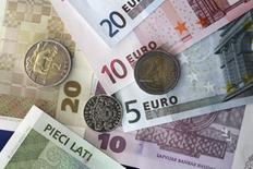 Les investissements dans la zone euro ont fortement reflué en novembre et l'excédent courant a augmenté, a annoncé jeudi la Banque centrale européenne. /Photo d'archives/REUTERS/Ints Kalnins