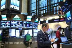 Трейдер на фондовой бирже в Нью-Йорке. 19 января 2017 года. Фондовый рынок США немного снижается на торгах четверга, поскольку инвесторы, судя по всему, менее охотно берут на себя риски перед пятничной инаугурацией Дональда Трампа. REUTERS/Stephen Yang
