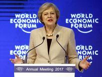 La Première ministre britannique a déclaré jeudi avoir eu des discussions constructives avec les banques à propos des avantages dont bénéficie la place financière de Londres. /Photo prise le 19 janvier 2017/REUTERS/Ruben Sprich
