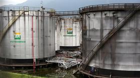 Trabalhadores fazem reparo em tanque da Petrobras em Cubatão, no Brasil 12/04/2016 REUTERS/Paulo Whitaker