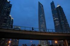 Au quartier financier de Pudong à Shanghai. Sur l'ensemble de l'année 2016, les investissements en actifs immobilisés ont progressé de 8,1%, un rythme en deçà des attentes et à son plus bas niveau depuis 1999. /Photo d'archives/REUTERS/Aly Song