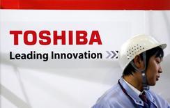 Toshiba prépare la vente d'une participation minoritaire dans sa filiale de semiconducteurs de façon à amortir l'impact d'une grosse provision à venir sur une acquisition américaine. /Photo d'archives/REUTERS/Yuriko Nakao