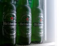 En la imagen, botellas de Heineken en una foto ilustrativa en un refrigerador en Viena, Austria. 18 de octubre de 2016. Heineken, la segunda empresa cervecera más grande del mundo, dijo el viernes que estaba en conversaciones con su rival japonés Kirin Holdings Co Ltd para adquirir el atribulado negocio de la empresa asiática en Brasil. REUTERS/Heinz-Peter Bader