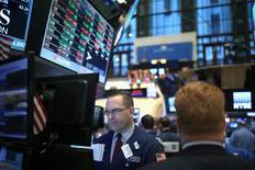 Wall Street a ouvert en légère hausse vendredi, à quelques heures de l'investiture de Donald Trump à la présidence des Etats-Unis, les marchés attendant les premières annonces concrètes du 45e président américain. Dans les premiers échanges, l'indice Dow Jones gagne 91,57 points, soit 0,46%. /Photo prise le 19 janvier 2017/REUTERS/Stephen Yang