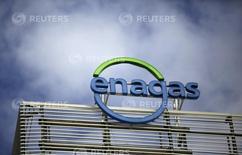 """El logo de la compañía Enagas en la sede de Madrid, España. 18 de marzo 2016.El consorcio Gasoducto Sur Peruano dijo el viernes que es posible que se declare la terminación de la concesión del  proyecto de gasoducto controlado por la brasileña Odebrecht, ante """"la inminente imposibilidad"""" de lograr para el lunes el financiamiento requerido.     REUTERS/Andrea Comas - RTSB1N9"""