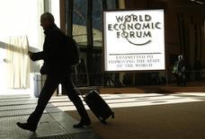 Une appréciation du dollar, une course au moins-disant fiscal et réglementaire et une montée du protectionnisme constituent les principaux risques pesant sur des perspectives de croissance mondiale en amélioration, ont prévenu vendredi des responsables économiques et financiers, au dernier jour du Forum économique mondial de Davos. /Photo prise le 20 janvier 2017/REUTERS/Ruben Sprich