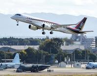 Mitsubishi Aircraft a annoncé lundi un nouveau report de deux ans des premières livraisons du MRJ (Mitsubishi Regional Jet) (photo) afin de reconfigurer le réseau électrique de l'avion régional. /Photo d'archives/REUTERS/Kyodo