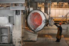 Рабочий на Саяногорском алюминиевом заводе. принадлежащем Русалу.  Промышленное производство РФ в декабре 2016 года выросло на 3,2 процента в годовом выражении и на 7,4 процента к предыдущему месяцу с исключением сезонного и календарного факторов, а за весь прошлый год рост составил 1,1 процента, сообщил Росстат. REUTERS/Ilya Naymushin (RUSSIA - Tags: BUSINESS INDUSTRIAL COMMODITIES)