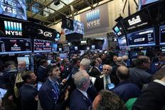 La Bourse de New York a ouvert lundi en légère baisse sous le double effet de propos protectionnistes et de promesses de dérégulation de la part du nouveau président des Etats-Unis, Donald Trump. /Photo prise le 20 janvier 2017/REUTERS/Stephen Yang