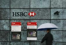 Una sucursal del banco HSBC en Londres, nov 12, 2014. Los ingresos relacionados con negocios en materias primas de los 12 principales bancos de inversión rebotaron durante el cuarto trimestre debido a una mayor actividad del sector de energía, indicó el lunes un reporte de la firma de análisis de la industria Coalition.    REUTERS/Stefan Wermuth/File Photo