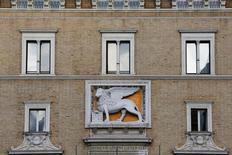 Le groupe d'assurance italien Assicurazioni Generali a annoncé lundi avoir acquis des droits de vote équivalant à 3,01% du capital d'Intesa Sanpaolo, une manoeuvre qui empêche la banque de se renforcer elle-même dans son capital. /Photo d'archives/REUTERS/Alessandro Bianchi