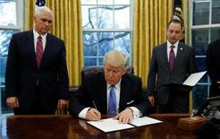 Presidente Donald Trump assina decreto que retira EUA do acordo Transpacífico. 23/01/2017.  REUTERS/Kevin Lamarque