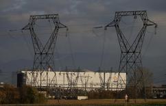 Vue de la centrale de Fessenheim. EDF et l'Etat ont trouvé un compromis sur le dossier de la centrale de Fessenheim (Haut-Rhin) promise à la fermeture par le président François Hollande. Le conseil d'administration de l'électricien public étudiera mardi matin la convention négociée avec l'Etat pour indemniser EDF à hauteur d'environ 450 millions d'euros d'ici 2021 pour la fermeture des deux réacteurs nucléaires à l'horizon fin 2018). /Photo d'archives/REUTERS/Vincent Kessler