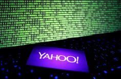 Foto de archivo del logo de Yahoo en un smartphone. Dic 15, 2016. La empresa tecnológica Yahoo Inc reportó ingresos y utilidades trimestrales ajustadas mejores a lo estimado, y dijo que espera que la venta de su negocio de Internet a Verizon Communications Inc se complete en el segundo trimestre del año, en lugar de en el primero. REUTERS/Dado Ruvic