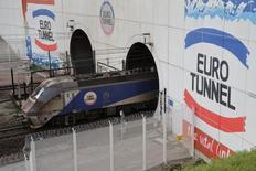 Eurotunnel, qui est à suivre mardi à la Bourse de Paris, a annoncé un chiffre d'affaires en hausse de 4% à 1,02 milliard d'euros en 2016, retraité de la vente de GBRf et a taux de changes constants, et confirmé son objectif annuel d'Ebitda révisé à la baisse en juillet. /Photo d'archives/REUTERS/Pascal Rossignol
