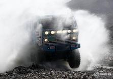 Грузовик Камаз на ралли Дакар в Аргентине 3 января 2012 года. Российский производитель грузовиков Камаз увеличил продажи в России и на экспорт на 21 процент до 34.500 штук, сообщила компания во вторник. REUTERS/Jacky Naegelen