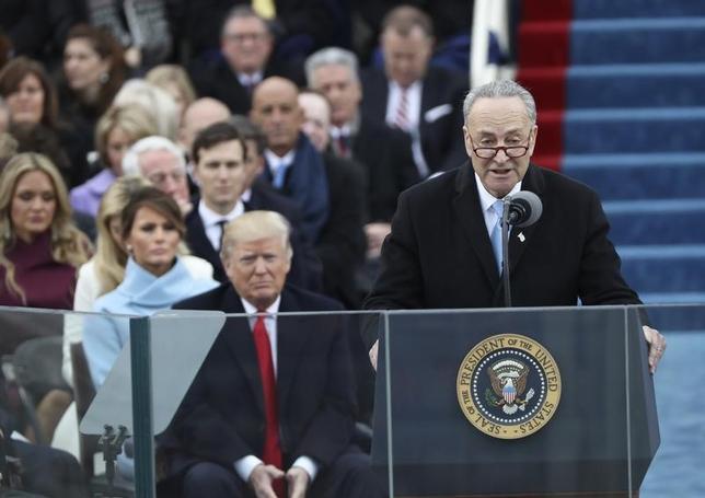 1月24日、米民主党のシューマー上院院内総務(写真右)は24日、トランプ大統領(同中央)に対し、選挙公約の一つである中国の為替操作国認定を行うよう要請した。20日撮影(2017年 ロイター/Carlos Barria)