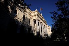 La acogida positiva a las cuentas anuales del primer banco español y nuevos niveles récord en Wall Street llevaron al Ibex-35 a cerrar en máximos no vistos desde finales de 2015, espoleado por el sector financiero. En esta imagen de archivo, una bandera española ondea en lo alto del edificio de la Bolsa en Madrid el 1 de junio de 2016. REUTERS/Juan Medina