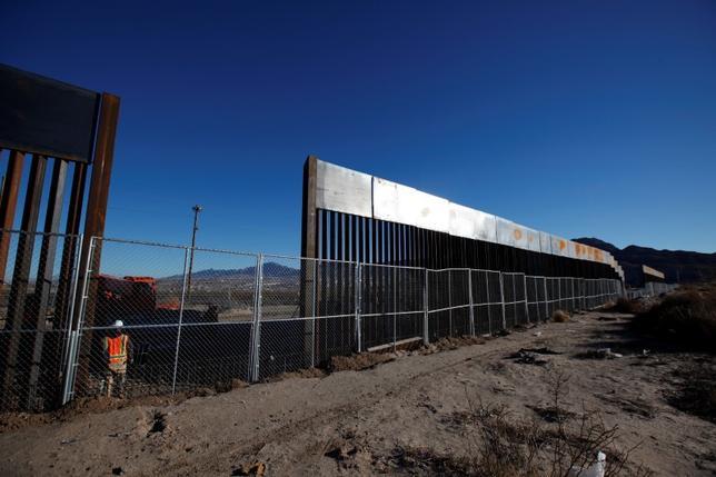1月25日、ライアン米下院議長(共和党)は、トランプ大統領がメキシコとの国境に建設するとしている「壁」の建設費について、下院は費用負担を承認するとの立場を示した。写真はサンランドパーク(米テキサス州)とシウダー・フアレス(メキシコ・チワワ州)の国境で建設中の「壁」。メキシコ側から撮影(2017年 ロイター/Jose Luis Gonzalez)
