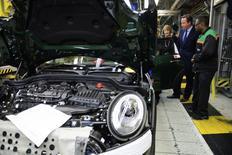 La production automobile britannique a atteint un pic de 17 ans en 2016 mais le vote en faveur d'une sortie du pays de l'Union européenne a contribué à faire chuter d'un tiers les investissements dans le secteur, a annoncé jeudi la principale fédération automobile du royaume. /Photo d'archives/REUTERS/Leon Neal