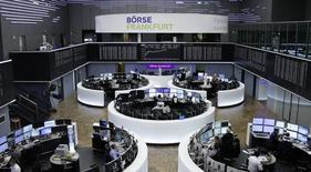 Les Bourses européennes ont ouvert en hausse jeudi. À Paris, l'indice CAC 40 gagne 0,39% à 4.896,47 points vers 8h15 GMT. À Francfort, le Dax prend 0,58% et à Londres, le FTSE avance de 0,07%. /Photo prise le 25 janvier 2017/REUTERS