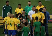 Jogadores e sobreviventes de acidente da Chapecoense se cumprimentam antes de partida no Rio de Janeiro.    25/01/2017           REUTERS/Sergio Moraes